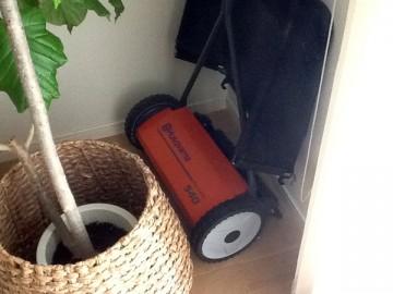 オレンジ色の芝刈機、ハスクバーナの540N。リビングで撮影。