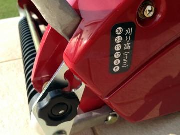 赤い芝刈機。バロネス LM12MH。刈高は8mmに設定。