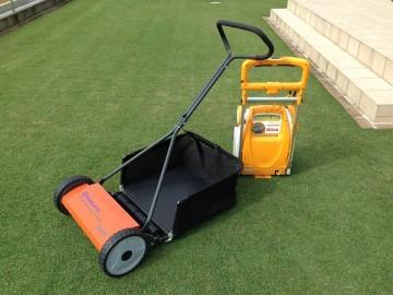 オレンジ色の芝刈機、ハスクバーナの540N。芝生を背景に。