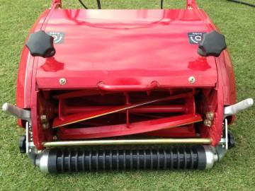 芝刈機の前面。リール式6枚刃と溝付き前ローラー。