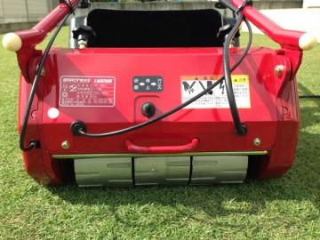 芝刈機の背面。アルミ製ドラム車輪と逆転スイッチ。