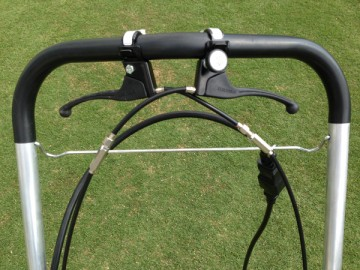 芝刈機のハンドル。実際のスイッチレバーと自走レバー。