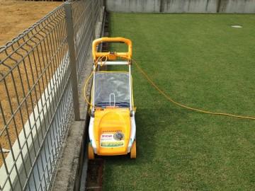 フェンスの内側。芝生の際を刈るLM-2800。