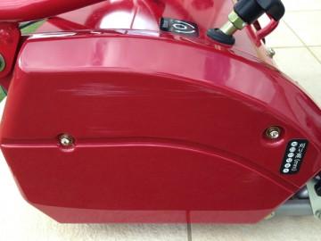 赤い芝刈機、バロネス LM12MHの側面の擦り傷。