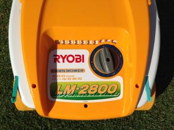 黄色い芝刈機の前面。5mmから25mmの刈高の調節ダイヤル。