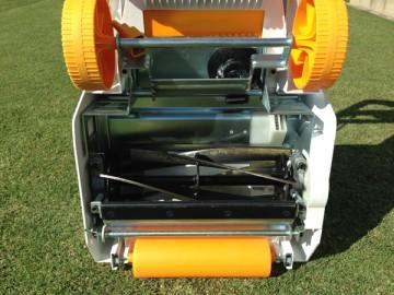 芝刈機の裏側。白と黄色の芝刈機に、黒いリール式5枚刃。