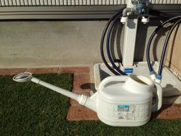 6Lのじょうろに一杯の希釈液。庭の立水栓の前で。