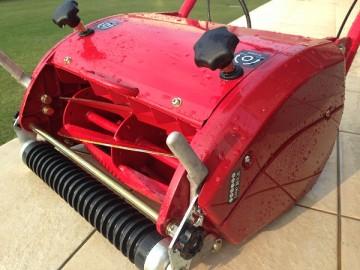 水洗いされた芝刈機 LM12MH。濡れて水滴がついている。