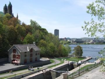 リドー運河とオタワ川をつなぐ水門、オタワ・ロック。
