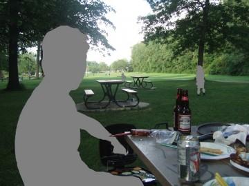 アングリニョン公園の芝生でバーベキュー。テーブルにビールの缶と瓶。