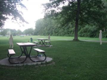 アングリニョン公園の芝生でフリスビーをする家族。