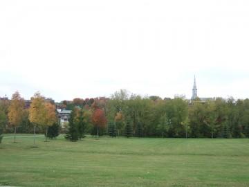 カナダのケベック州にあるシャーブルックの町の芝生。