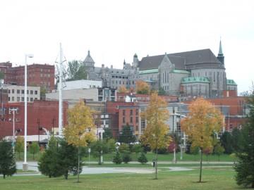 シャーブルックの芝生。歴史のある建物を背景に撮影。