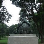 ボストン、パブリック・ガーデンの「Learning」の銅像。