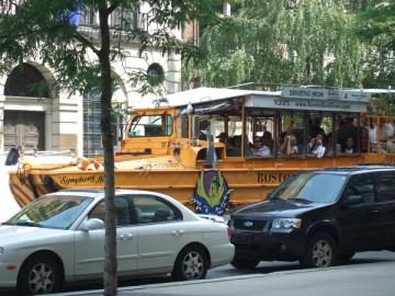 ボストン市内を走るボストン・ダック・ツアーの黄色い水陸両用バス。