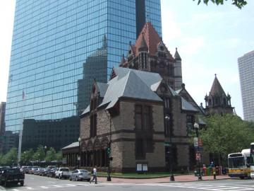 古いレンガ造りのトリニティ教会。隣には全面ガラス張りの高層ビル。