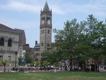 コプリー・スクエアの芝生の向こうに見えるオールドサウス教会の塔。