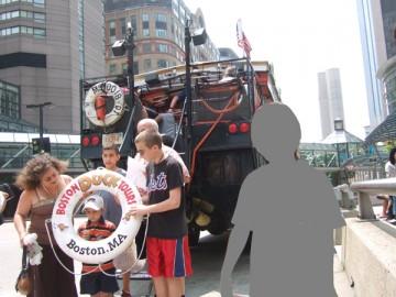 黒いボストン・ダック・ツアーのバス。乗車前に記念撮影。