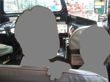 ツアーのバスの最前列、運転席の後ろに座る長男と次男。
