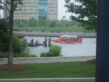 チャールズ川の水上に浮かぶボストン・ダック・ツアーの赤いバス。