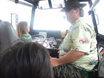 ボストン・ダック・ツアーのバス。運転席で運転する金髪の女の子。