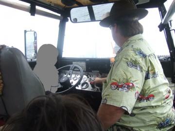 ボストン・ダック・ツアーのバス。運転席で運転するうちの次男。