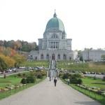 モントリオールのセント・ジョセフ礼拝堂。手前に緑の芝生が広がる。
