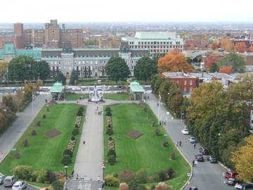 礼拝堂の上からの景色。緑の芝生の庭園とコート·デ·ネージュの街。