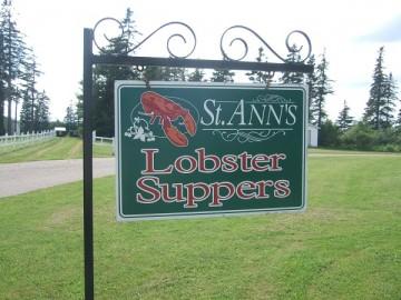 芝生とSt. Ann's Lobster Suppersの緑の看板。