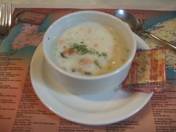 テーブルの上のクラムチャウダースープ。