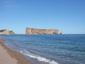 穴の開いた巨大な岩。ガスペ半島のペルセの町にあるペルセ岩。