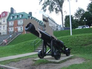 テラス・デュフランの大砲に上って遊ぶ子供たち。