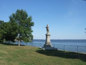 レイクショア通り沿い。セントルイス湖の手前の芝生と1つの石像。