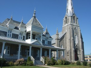 レイクショア通り沿いの教会。教会の前に芝生。