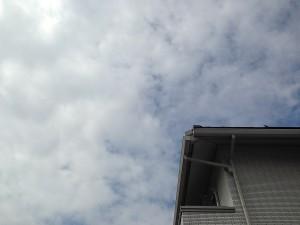 曇り空と、わが家の屋根。