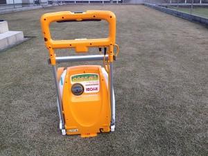 芝生の上のリョービ リール式芝刈機 LM-2800 。