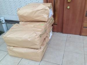 玄関の前に積まれた芝の目土・床土 約25L×2袋セット。