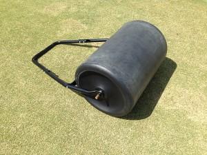 芝生の上に置かれた転圧ローラー。