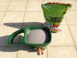 バロネスの芝生の肥料とスコッツ、ハンディースプレッダー。