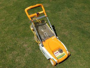 芝生の上の、初代、リョービ リール式芝刈機 LM-2800 。