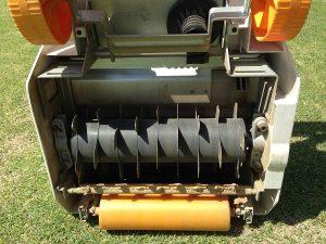 初代、リョービ リール式芝刈機 LM-2800の裏側。取り付けられた黒い根切り刃。