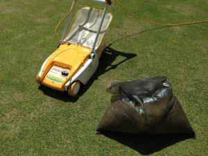 芝生の上のリョービLM-2800と黒いごみ袋に入ったサッチ。。