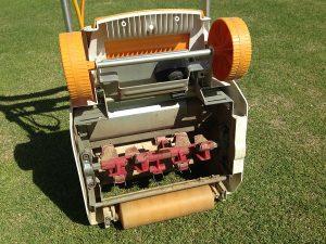 サッチング刃を取り付けた、初代、リョービ リール式芝刈機 LM-2800 。