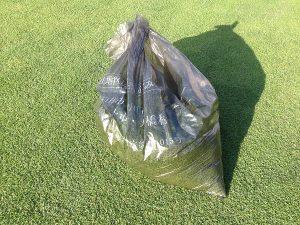刈れた芝。ゴミ袋に半分くらい。