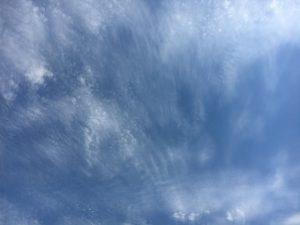 薄い雲と青空。