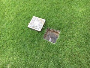 雨水桝の蓋を外したら水が流れて水溜まりが消えた。