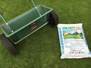芝生の上の万緑-NHTの袋とミナトワークスのドロップシーダー。