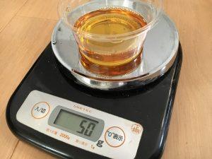スミチオン50g(=約50ml)を量りで測定。